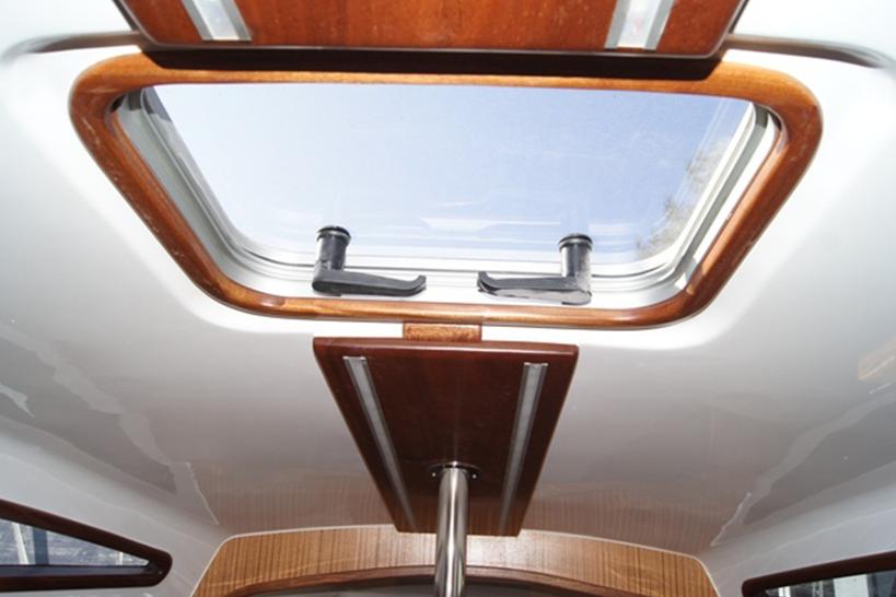 phobos25-wnętrze-stół-czarter-okno